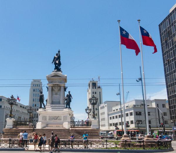 Monumento em homenagem a Arturo Prat, que liderou embarcação chilena durante a Guerra do Pacífico*
