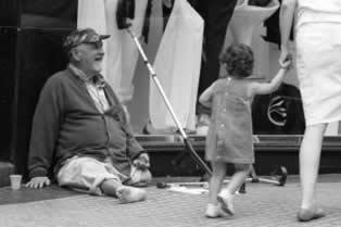 Morador de rua pedindo esmola