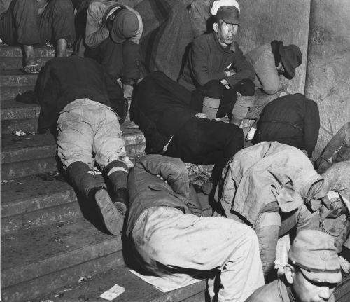 Moradores de rua na cidade de Tóquio, em dezembro de 1945