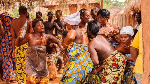 Mulheres togolesas em uma dança tradicional de vodu, uma religião bastante praticada na África Ocidental*
