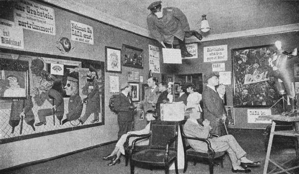 Na Feira de Berlim (1920), os satíricos dadaístas colocaram um manequim suspenso vestido como oficial alemão. (Imagem de Domínio Público¹)