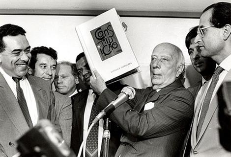 Na foto, Ulisses Guimarães apresenta a Constituição da República, promulgada em outubro de 1988