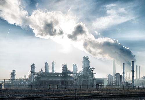 Na imagem, uma refinaria de petróleo. Esse produto é separado por meio da destilação fracionada
