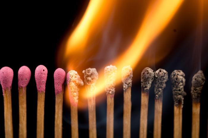 Na reação de combustão acima temos a queima de palitos de fósforo