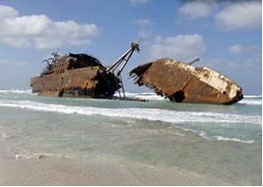 Para que o casco do navio não fique enferrujado como o da foto acima, colocam-se blocos de magnésio metálico. O magnésio em contato com a água do mar sofre oxidação e liberta elétrons que protegem o aço.