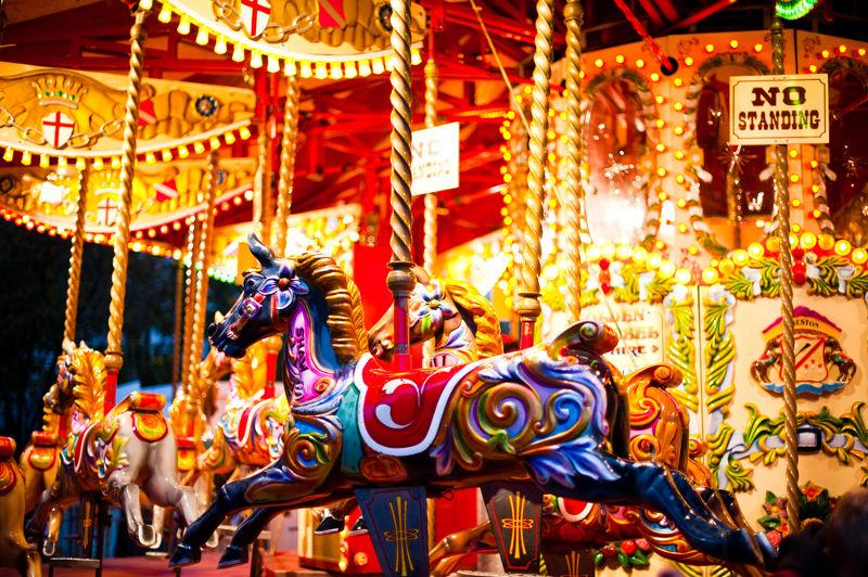 No carrocel, o movimento dos cavalos é composto por uma trajetória circular e por outra trajetória vertical