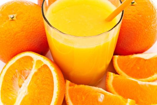 No suco de laranja, o sumo das laranjas é misturado e não ocorre reação