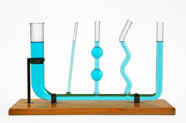Nos vasos comunicantes, a pressão para pontos de mesma altura é a mesma