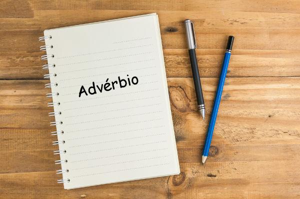 O advérbio não admite variação em sua forma, pois não se altera quanto ao número, gênero, grau, pessoa e tempo