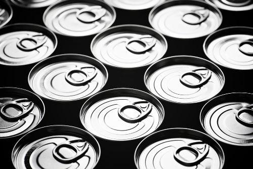 O alumínio é muito utilizado na produção de latas de sucos e refrigerantes