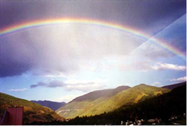 O arco-íris acontece em virtude da refração da luz do Sol nas gotículas de água presentes na atmosfera