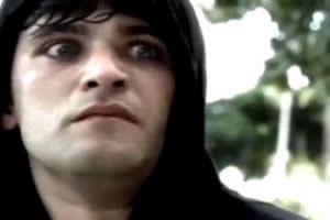 O ator Bruno Gagliasso interpretando o papel de um portador de esquizofrenia, em novela global.