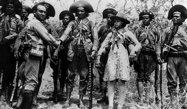 O cangaceiro Lampião (ao centro) foi morto no dia 28 de julho de 1938