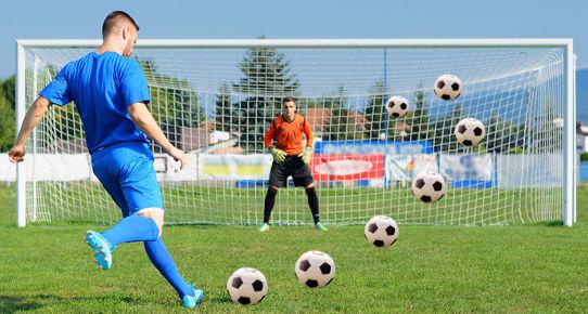 O chute com efeito surge em decorrência da diferença de pressão exercida sobre os lados da bola