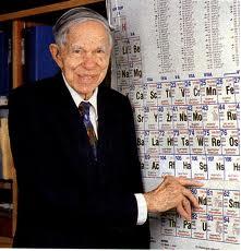 O cientista Glenn Theodore Seaborg mostra o elemento químico que recebeu o nome seabórgio (106-Sg) em sua homenagem