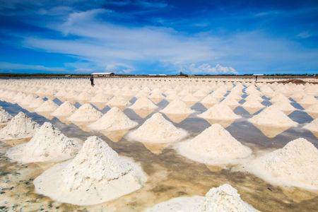 O cloreto de sódio é um sal solúvel que pode ser encontrado dissolvido na água do mar