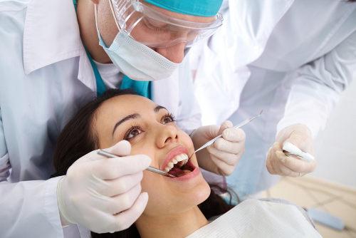 O dentista é o profissional responsável por cuidar dos dentes, gengivas, bochechas e língua