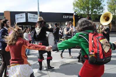 O desenvolvimento do apoio mútuo, a integração, a comunhão e a cooperação é um dos benefícios das Danças Circulares