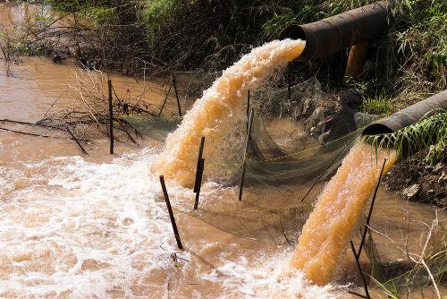 O esgoto lançado em rios, sem precaução com a proporção de água, aumenta a demanda bioquímica de oxigênio