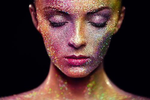 O glitter é muito utilizado em maquiagens e fantasias