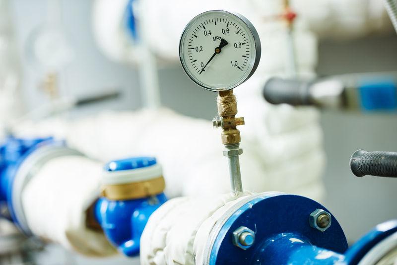 O manômetro de Bourdon é o mais utilizado na indústria para a determinação da pressão de máquinas, fluidos etc