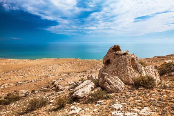 O Mar Cáspio, um tipo de depressão, está localizado entre o continente europeu e o continente asiático