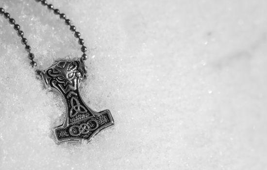O martelo de Thor, Mjölnir, era um símbolo que os nórdicos passaram a usar em adoração a esse deus