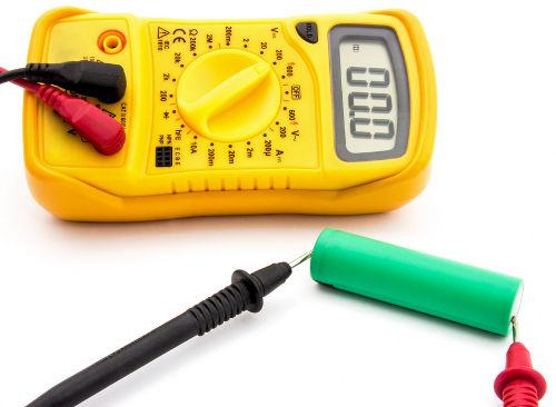 O multímetro é um equipamento utilizado para medir a voltagem de uma pilha