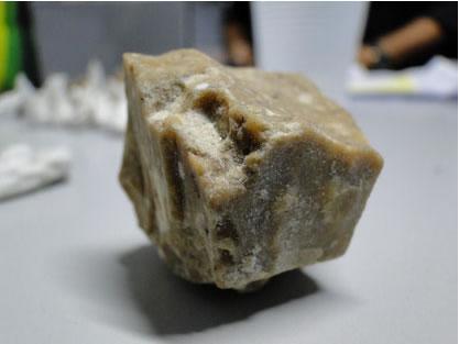O óxido é produzido triturando-se a pasta base da cocaína com cal virgem e algum combustível tóxico