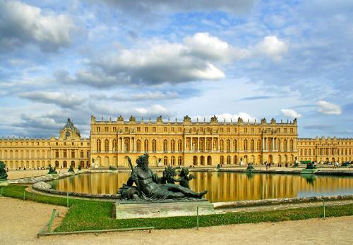 O Palácio de Versalhes, construído pelo rei Luís XIV, é um símbolo do poder que os reis absolutistas possuíam *