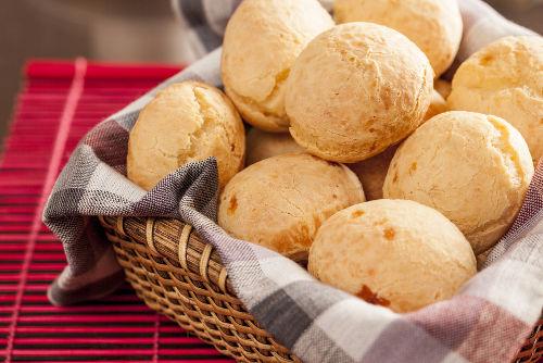 O pão de queijo apresenta diversas substâncias orgânicas e inorgânicas em sua composição