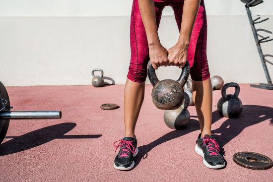 O peso pode ser definido como a força necessária para segurar um objeto e impedir sua queda livre.