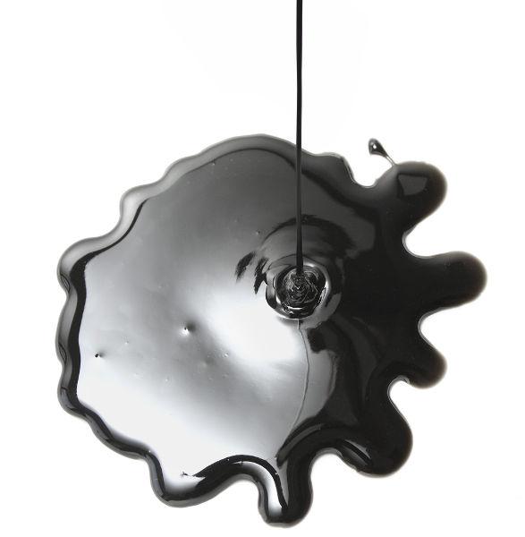 O petróleo é um líquido oleoso, de cor que varia entre o preto e o castanho-escuro, além de ser viscoso