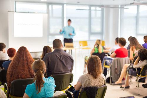 O professor, muitas vezes, acaba tendo que competir com o barulho da sala, o que pode desencadear lesões