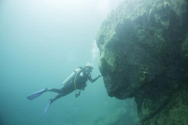 O relevo submarino nas dorsais oceânicas costuma ser mais acidentado