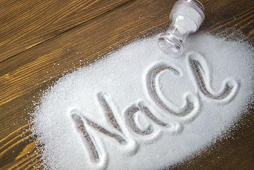 O sal comum, em água, sofre hidrólise