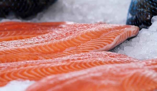 O salmão adquire a cor avermelhada por causa da síntese de astaxantina