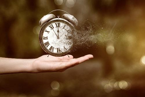 O tempo cronológico é diferente do tempo histórico, mas ambos se complementam