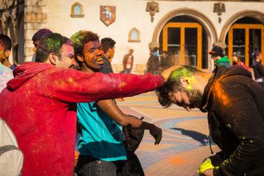 O trote é um rito de passagem que celebra um novo momento na vida de um jovem universitário.