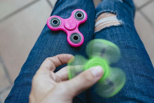 O uso do  hand spinner pode auxiliar no combate dos transtornos de deficit de atenção e hiperatividade