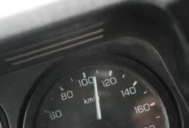 O velocímetro acima mostra a velocidade instantânea de aproximadamente 110 km/h