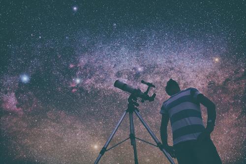 Olhar para o céu noturno é ver o passado do universo