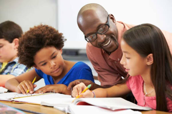 A orientação educacional visa ao pleno desenvolvimento do aluno, priorizando a relação entre o ambiente escolar, familiar e a comunidade.