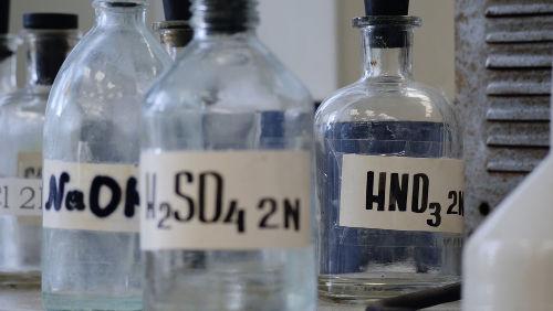 Os ácidos nítrico (HNO3) e sulfúrico (H2SO4) são exemplos de ácidos fortes.