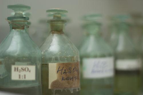 Os ácidos nunca são armazenados em recipientes metálicos, pois essas substâncias reagem entre si