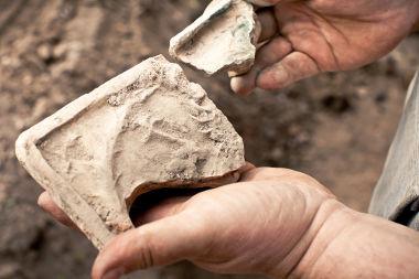Os arqueólogos costumam trabalhar por meio da obtenção e estudo sobre objetos antigos