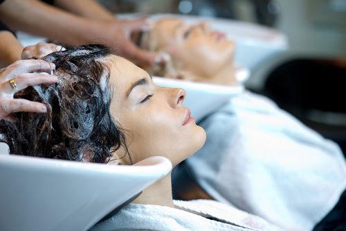 Os condicionadores para cabelos são exemplos de utilizações de sais de amônio quaternários