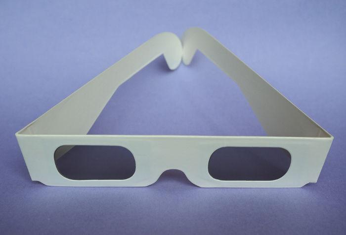 Os óculos usados para ter a sensação de 3D nas salas de cinema utilizam-se dos conceitos de dimensões do espaço