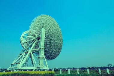 Os radiotelescópios captam ondas eletromagnéticas emitidas por objetos do espaço