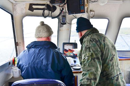 Os sonares de pesca captam a reflexão de ondas sonoras e indicam a posição de cardumes